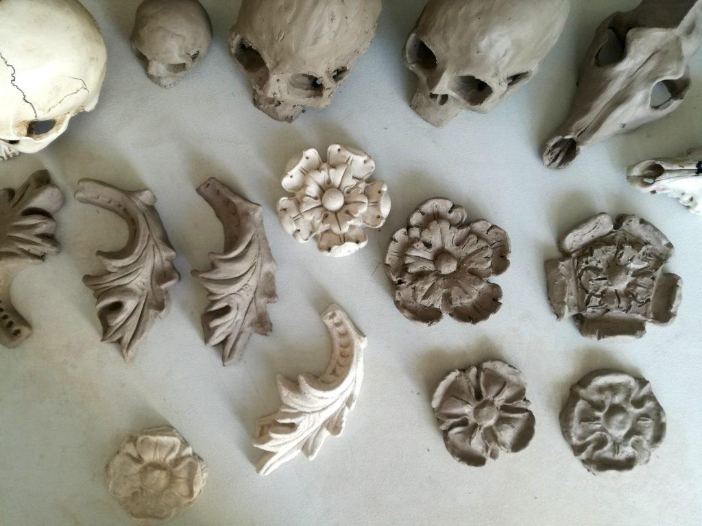 ornament arxhitektoniczny z gliny, studium czaszki ludzkiej czaszka psia w rzeźbie