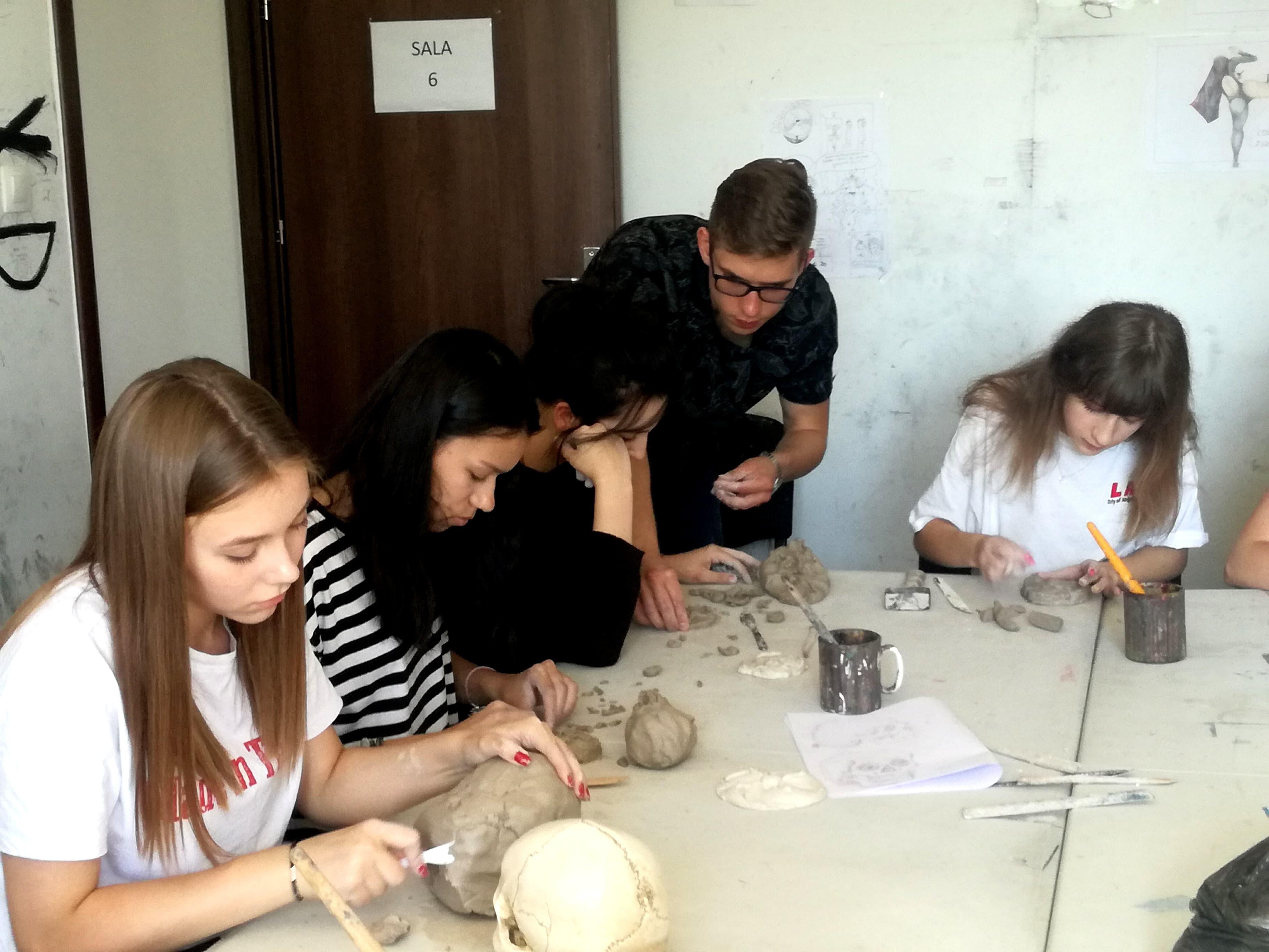 Zajęcia rzeźby w warszawie rzeźbienie z gliny